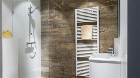 kleine badkamer hout kleine badkamer van baderie met houtlook tegels bekijk de