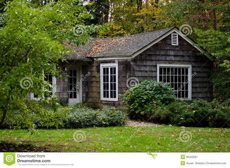 Kleines Cottage In Kaufen by Cottage In The Woods Royalty Free Stock Photography