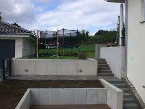 treppe von der sauna terrasse zum wohngarten aus grauwacke