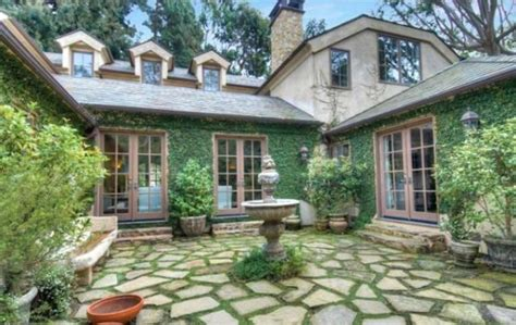 houses with courtyards in the middle dennis quaid lists pacific palisades house realtor 174