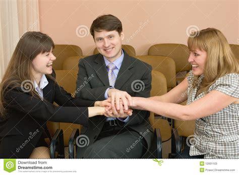 imagenes de hombres alegres personas amistosas de hombres de negocios alegres fotos de