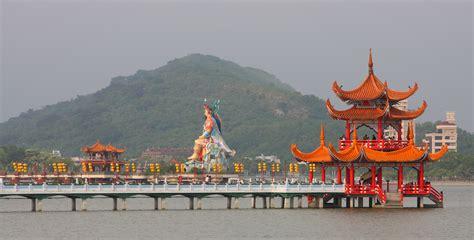 lotus lake kaohsiung taiwan file pagode lotus lake kaohsiung amk jpg