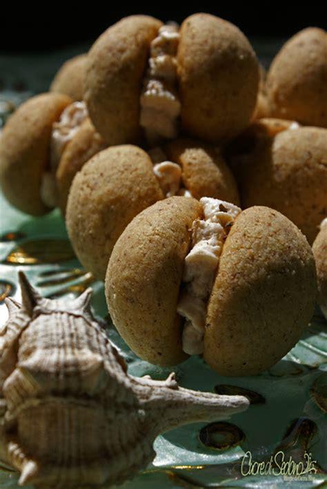diversi tipi di baci baci di dama salati con mousse di tonno e polvere di