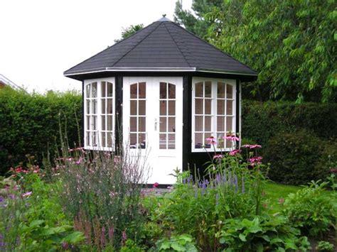 pavillon landhausstil gartenpavillon holz geschlossen gartenpavillon