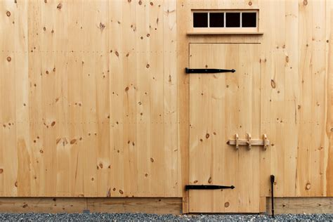 Pine Barn Door Features Post And Beam Carriage Barns The Barn Yard Great Country Garages