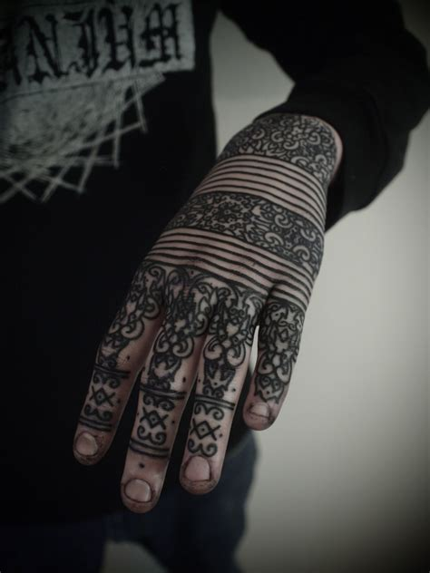 tattoo on hands henna black and white