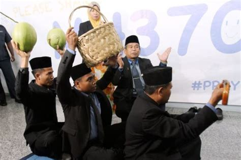malaysian bomoh missing mh370 bomoh uses magic carpet to find boeing