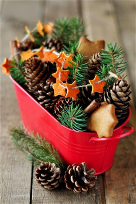 centro tavola con pigne centrotavola natalizio fai da te con pigne e stelline leitv