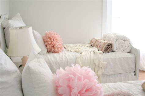 coussin chambre fille chambre pour fille en style shabby chic