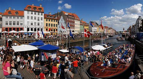 canal nyhavn  copenhague la carte postale touristique