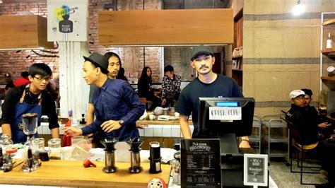 jadwal film filosofi kopi di jakarta rio dewanto melajani pembeli di meja kasir persis seperti