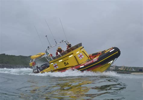 boat cruise jeffreys bay ski boat assisted after suffering mechanical failure