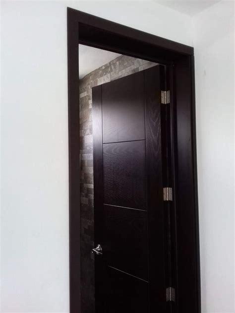 puerta de madera en color chocolate en  puertas de