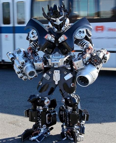 Kaos Transformers 14 seorang pria buat kostum robot dari sikat wc kabar
