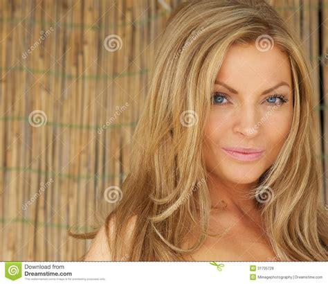 Blont Hår by H 228 Rlig Ung Kvinna Med Blont H 229 R Och Bl 229 A 246 Gon Royaltyfria