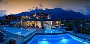 hotelzimmer mit kamin und whirlpool alpenresort schwarz wellness tempel mit whirlpoolzimmer