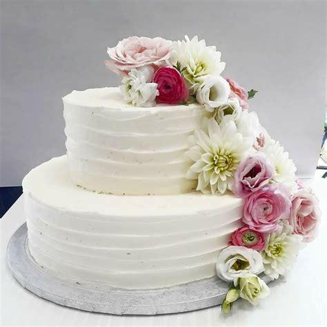 torta con fiori freschi zuccherosamente torta battesimo con crema al burro e fiori