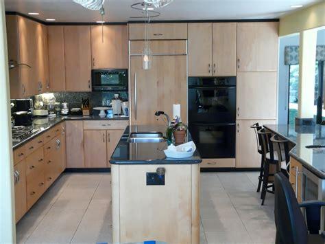 Timeless Maple & Black Hub Kitchen   Danilo Nesovic