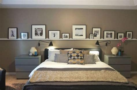 Bett In Der Wand by Bilderleiste An Der Wand Hinter Dem Bett Im Schlafzimmer