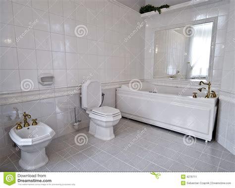 salle de bain toute blanche salle de bains blanche image stock image 4276711