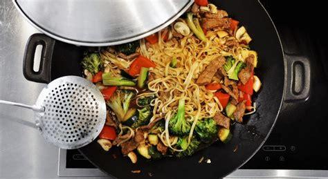 comment cuisiner avec un wok conseils pour cuisiner au wok