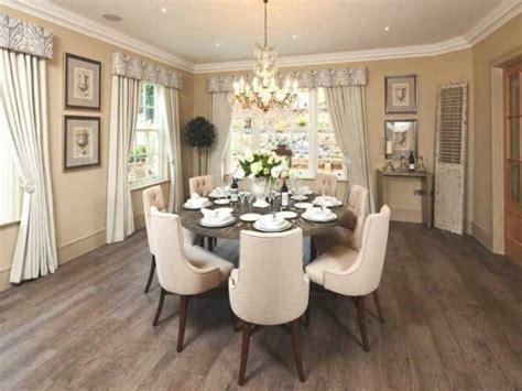 agréable Table Salle A Manger Bois Exotique #5: 5deco-salle-a-manger-couleur-beige-chaises-couleur-beige-table-en-bois-deco-fleurs-ambiance-somptueuse.jpg