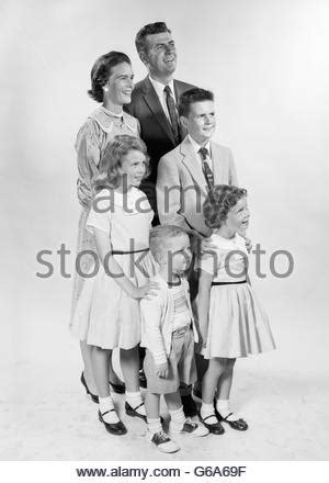 1950s SMILING FAMILY PORTRAIT MOTHER FATHER SON DAUGHTER