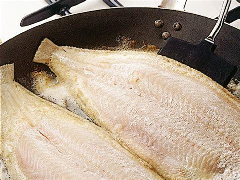 cucinare pesce in padella come cuocere il pesce in padella sale pepe
