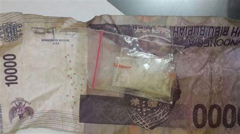 Kotak Rokok Polisi didekati polisi oknum satpol pp ini panik dan buang kotak rokok berisi 25 butir pil ekstasi