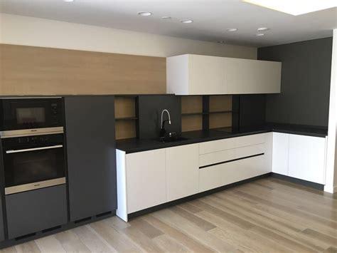 cocina key  negro madera  dekton myc mobiliario