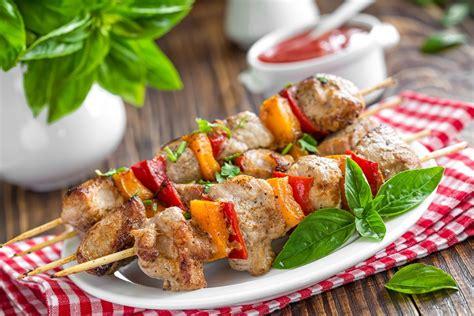 cucinare spiedini spiedini al forno la ricetta secondo piatto facile e
