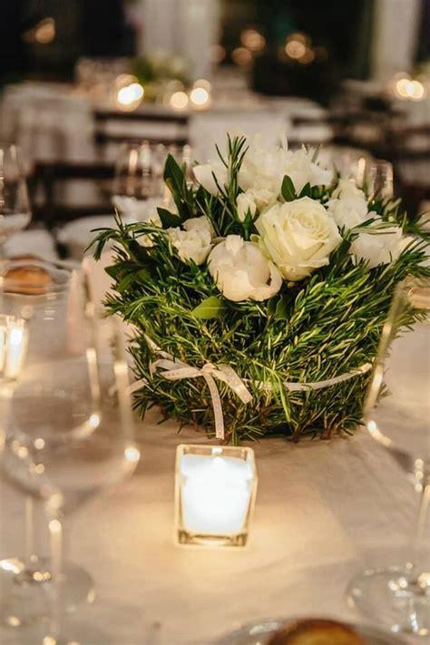 centro tavola centrotavola con erbe aromatche e peonie bianche