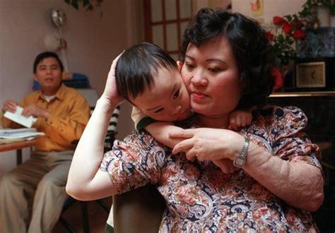imagenes niños reunidos famosa foto de nia quemada por napalm en vietnam cumple 40 aos