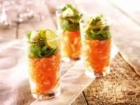 amuses met bloemen glaasje gevuld met tartaar van zalm augurk en