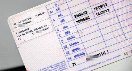 ufficio patenti bolzano imbroglia all esame della patente grazie a un auricolare