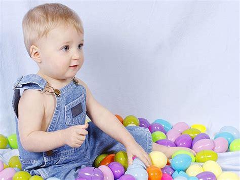 imagenes hermosas de niños jugando ni 241 o jugando con huevos de pascua tarjeta virtual para