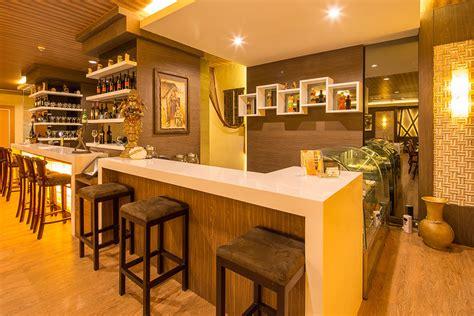 design warna cafe til mewah dengan variasi permainan dinding desain