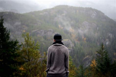 foto gratis ambiente gli alberi luomo nebbia foresta nebbioso persona montagna