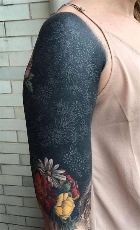 pc siqueira faz uma nova tatuagem no estilo blackwork