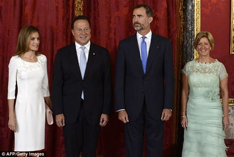 queen letizia is chic in white as she welcomes panamas queen letizia is chic in white as she welcomes panama s