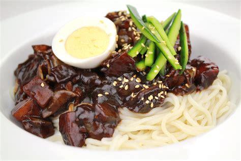 Paldo Jjajangmen Jjangmyeon Black Bean Sauce Noodle Mie Instant file jajangmyeon by kfoodaddict jpg wikimedia commons