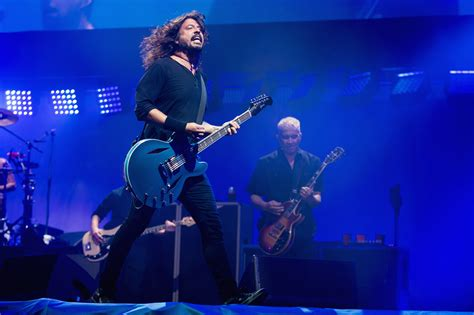 foo fighters fan foo fighters dedicate everlong at glastonbury to late fan