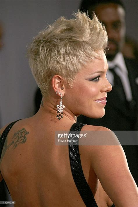 short hair in the pink with rocks bad girl les 25 meilleures id 233 es de la cat 233 gorie chanteuse coiffure