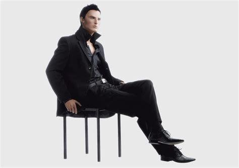 uomo seduto seduto gallery