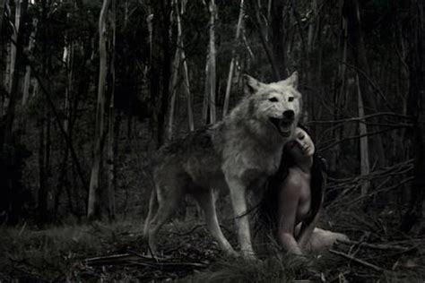 imagenes mujeres lobas black and white photohraphy surreal wolf image