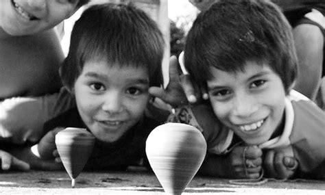imagenes de niños indigenas jugando nada de traumas papasan