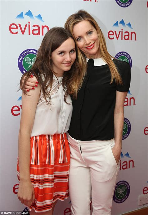 leslie mann daughter actress leslie mann and daughter maude lead the celebrity guests