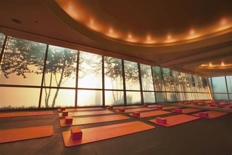 beleuchtung yogaraum studio ceiling lighting and back light mural