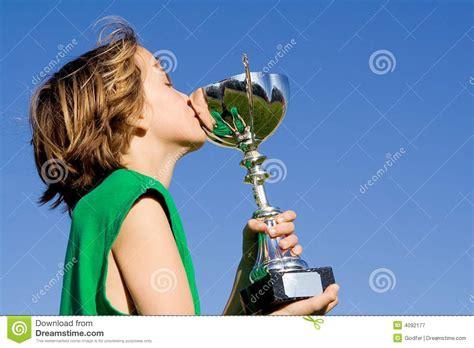 imagen de un ni 241 o con un gato para colorear archivos ganador del ni 241 o del trofeo o de la taza imagen de archivo