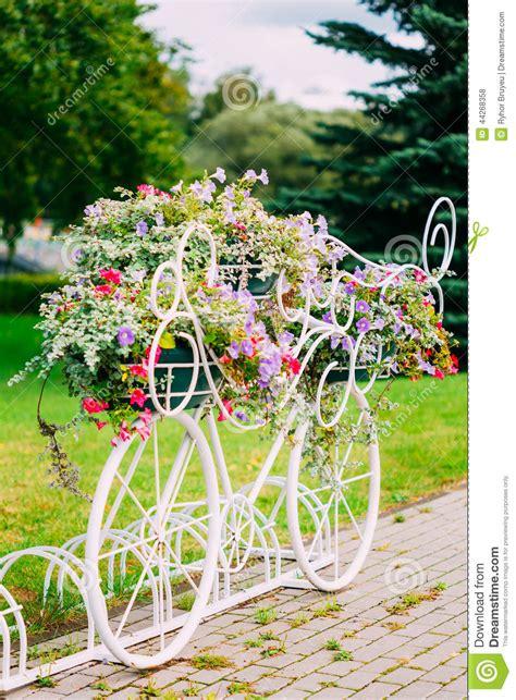 parken am englischen garten wei 223 es dekoratives fahrrad parken im garten stockfoto
